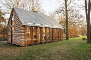 Architekti v exteriéru důmyslně pracovali s plnými i prosklenými plochami fasády, přičemž stěna otevřená do zahrady může být obojím. FOTO STIJN POELSTRA