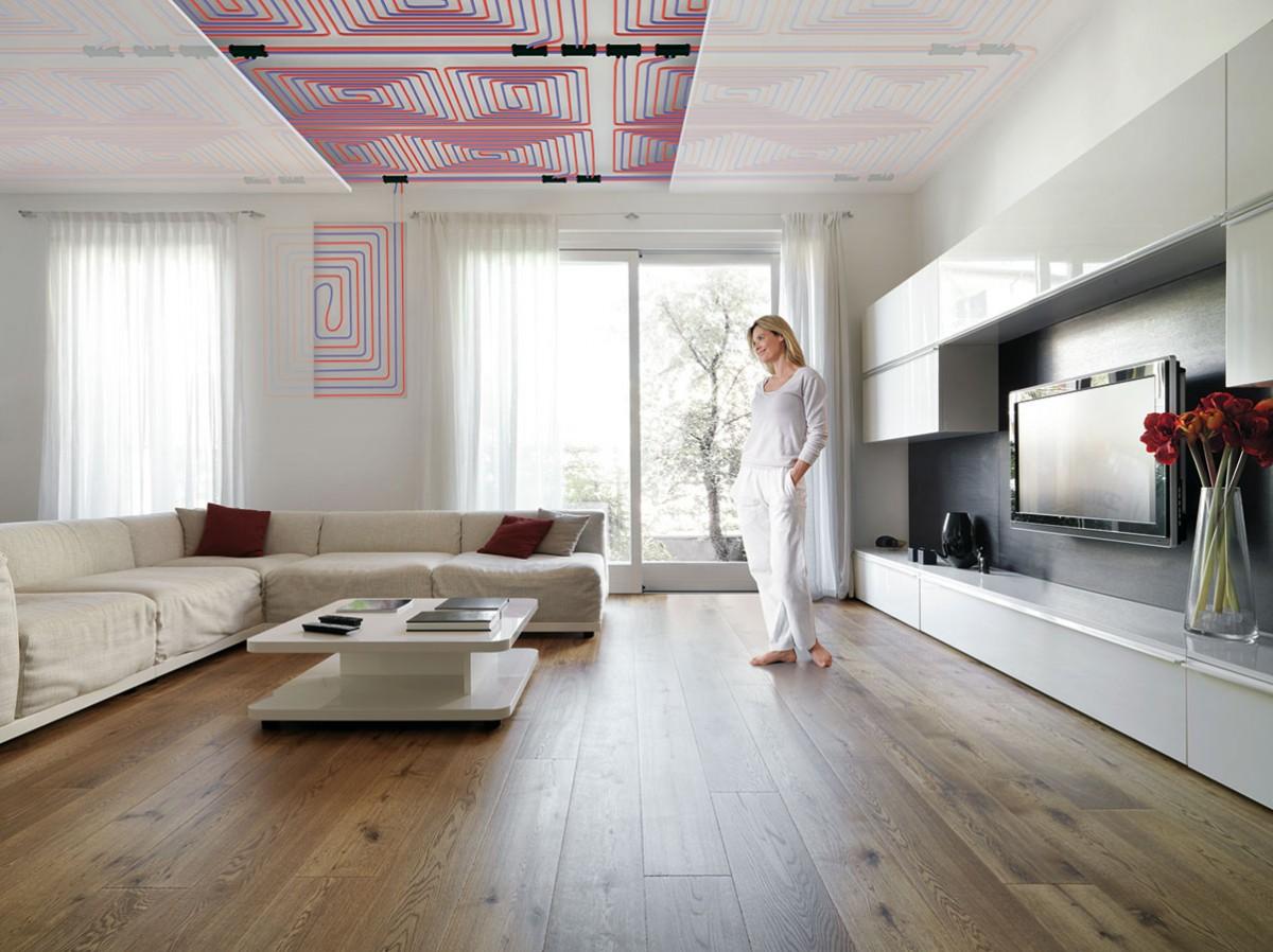 Díky výběru speciálních tvarů, barev aprovedení na míru je použití sálavých stropních panelů snadné abez nákladných stavebních úprav. Jsou dostupné jako sestava rastrových pásů, upínací, vkládací nebo závěsný systém, případně jako samostatně zavěšené desky. Mohou být lomené, perforované pro absorpci hluku, sotvory pro osvětlení apodobně. FOTO ZEHNDER