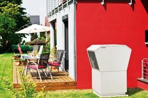 Venkovní instalace kompaktního tepelného čerpadla vzduch-voda LA 11TAS značky Dimplex. Vnabídce jsou tepelná čerpadla systém vzduch-voda, ato jak pro venkovní, tak vnitřní umístění, adále otepelná čerpadla země-voda. FOTO TERMO KOMFORT
