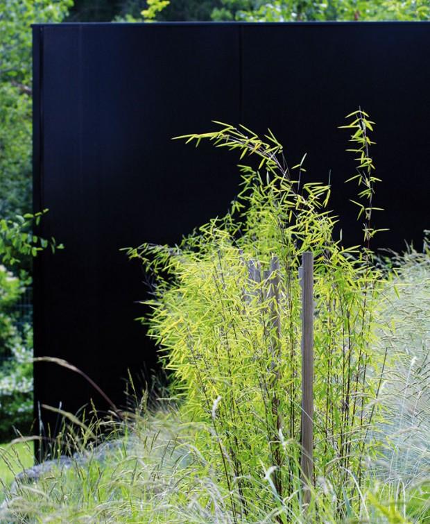 Barevné kontrasty. Řeč je okombinaci výrazných barev člověkem stvořených zahradních konstrukcí aumírněných odstínů pocházejících zdílny přírody. FOTO ATELIÉR FLERA