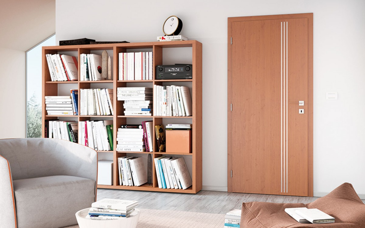 Jemným aelegantním zdobným prvkem, který je aktuálně oblíbený adveře decentním způsobem ozvláštní, jsou zápustné hliníkové lišty. Na výběr jsou dveře svertikálními ihorizontálními lištami. FOTO SOLODOOR