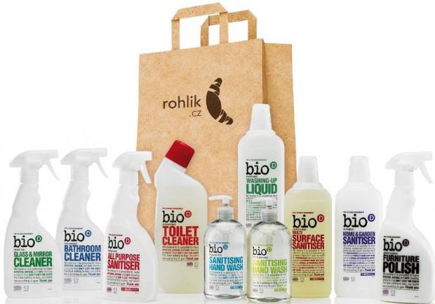 Britská rodinná značka Bio-D nabízí kompletní úklidovou drogerii amýdla pro osobní hygienu zpřírodních látek, sminimálním dopadem na životní prostředí. Díky tomu je vhodná nejen pro ekologicky smýšlející spotřebitele avegany, ale ipro děti aalergiky, pro které může být běžná drogerie příliš agresivní. Prodává Rohlik.cz FOTO BIO-D