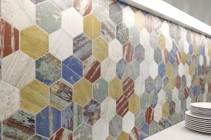 Shabby Chic. Stále oblíbenější styl reprezentuje keramická mozaika Arte se zmiňovaným tvarem šestihranu. Kolekce napodobuje textury ibarvy demoličního dřeva askvěle se hodí do záměrně omšelých interiérů. Povrch je místy plastický, aby dotvořil atmosféru starého nátěru. FOTO LOS KACHLOS