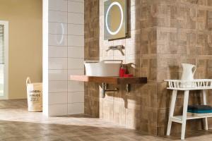 """Snádechem minulosti. Na matném povrchu formátu kolekce Era (33 × 33 cm) vyniká vysoký reliéf sdesignem rustikálního dřeva. Slinuté glazované dlaždice napodobují dřevěnou skladbu parket, jejichž """"léty prošlapaný"""" povrch napodobuje čtyři odlišné typy dřeva, ato třešeň, břízu, dub abuk. FOTO RAKO"""