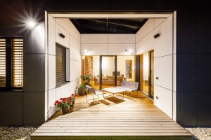"""Bílé stěny atria odrážejí denní světlo do interiéru, konkrétně denní části, kde tráví rodina většinu času. """"Atrium tu funguje jako jakási přirozená žárovka,"""" vysvětluje architekt. Večer zase atrium září zevnitř ven aozvláštňuje jednoduchou černou fasádu. FOTO DANO VESELSKÝ"""