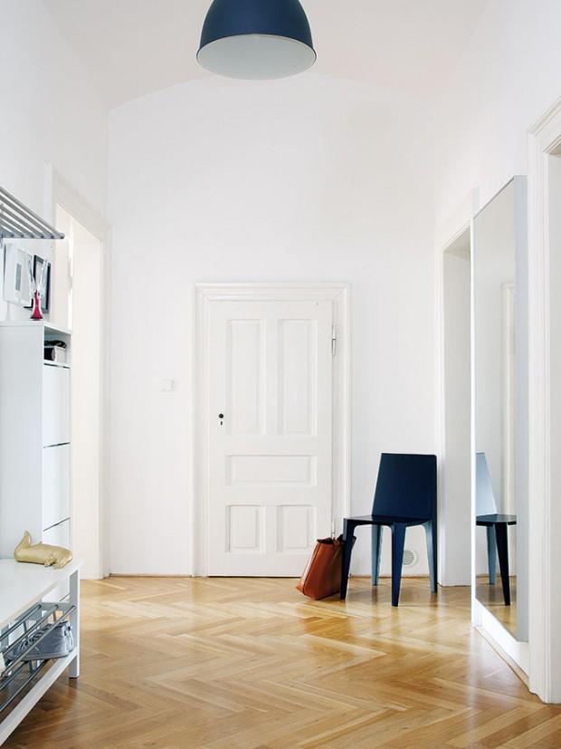 Dispozice bytu je velmi jednoduchá – zprostorné vstupní chodby se vchází do všech čtyř místností advou koupelen. Původní dveře adřevěné podlahy, zachovalé ve velmi dobrém stavu, spolu svysokými stropy avelkorysými rozměry místností přispívají kautentické atmosféře starého bytu. FOTO ROBERT ŽÁKOVIČ