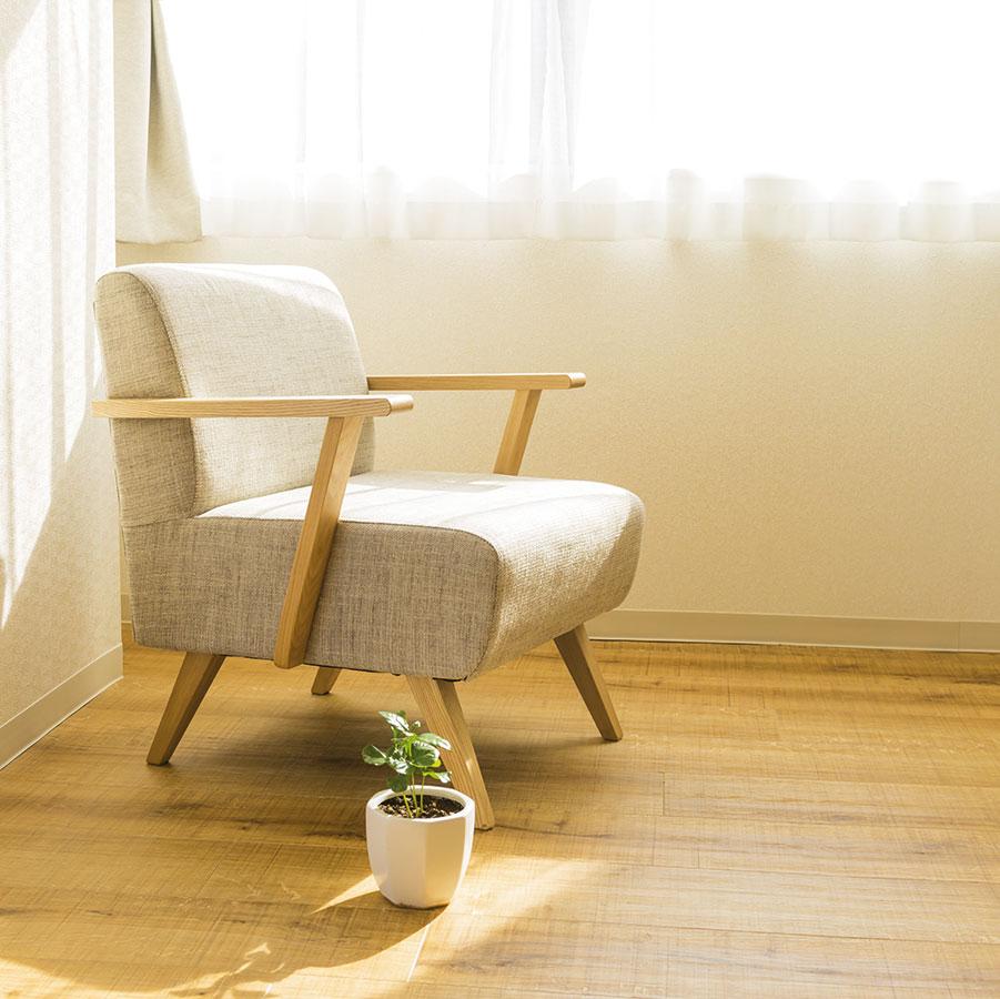 Odstraňte lapače prachu. Rozlučte se se záclonami azávěsy − raději si pořiďte žaluzie nebo rolety. FOTO ISIFA/ SHUTTERSTOCK