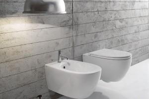 Závěsné WC 4all díky patentovanému skrytému upevnění zachovává naprosto čisté linie. Toaleta je tzv. rimless, tedy bez klasického splachovacího kruhu. Díky tomu se snáz udrží hygienicky čistá. Promyšlený design si dokáže vystačit snaprostým minimem vody. Prodává Perfecto design. FOTO CERAMICA GLOBO