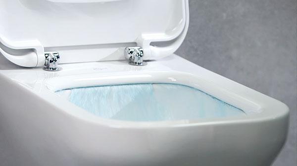 Exkluzivní, patentovaná technologie AquaBladeTM je originální odpovědí značky Ideal Standard na trend rimlees toalet. Uklozetu dochází k100% oplachu mísy pod oplachovým kanálkem – na rozdíl od běžného splachování, kdy přibližně 20 % mísy zůstává neumyto. FOTO IDEAL STANDARD