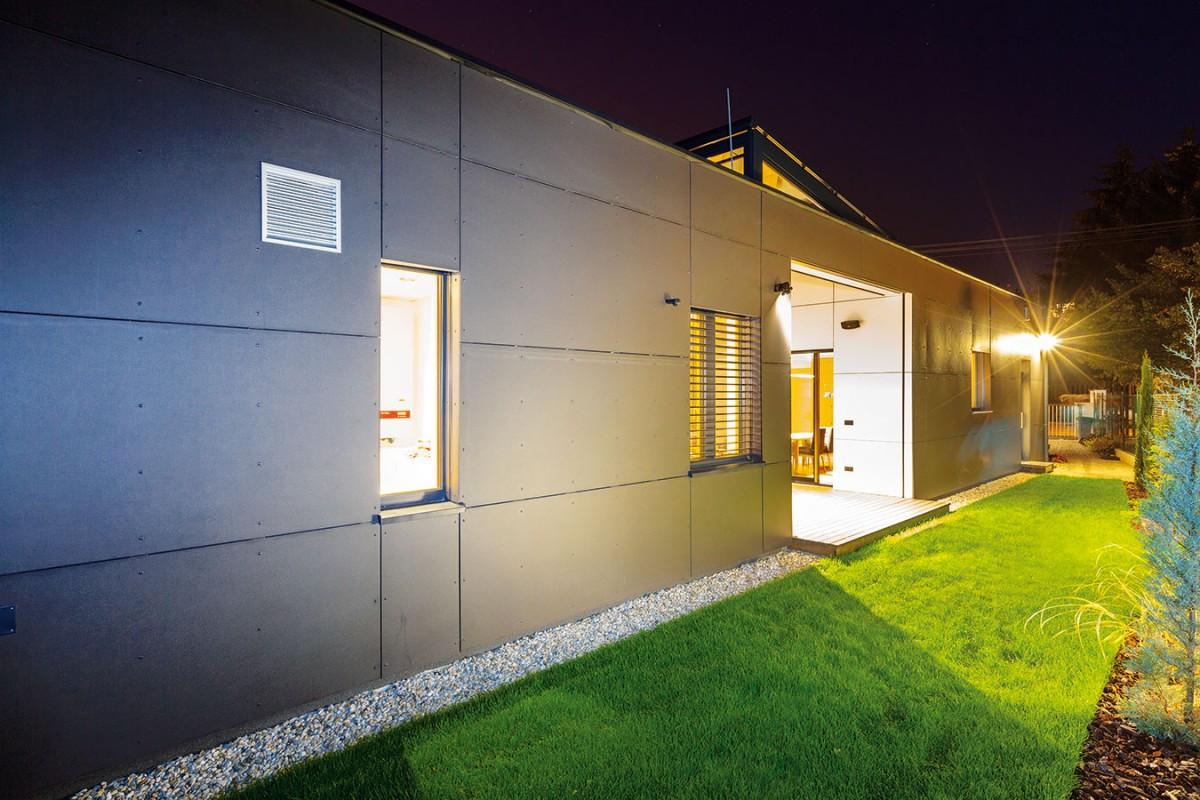 Jednoduchým domem architekt optimálně využil možnosti parcely asplnil všechny požadavky majitelů. Díky atriu získali ive stísněných podmínkách příjemný venkovní prostor sdostatkem intimity. FOTO DANO VESELSKÝ
