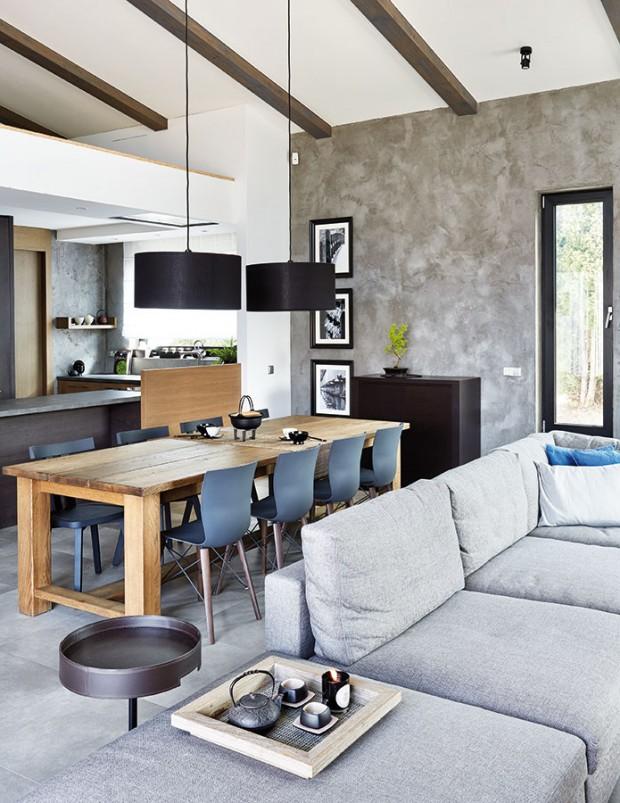 Jídelní kout svelkým stolem navazuje na obývací část, za ním pak prostor volně plyne do kuchyně sdostatkem úložných prostor, oddělené jen tělesem kuchyňské linky spracovní deskou. FOTO PETR KARŠULÍN