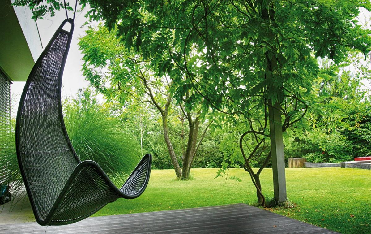 Designový nábytek či doplňky už zdaleka nejsou záležitostí interiéru, také zahrada má dnes umět reprezentovat. FOTO ATELIÉR FLERA