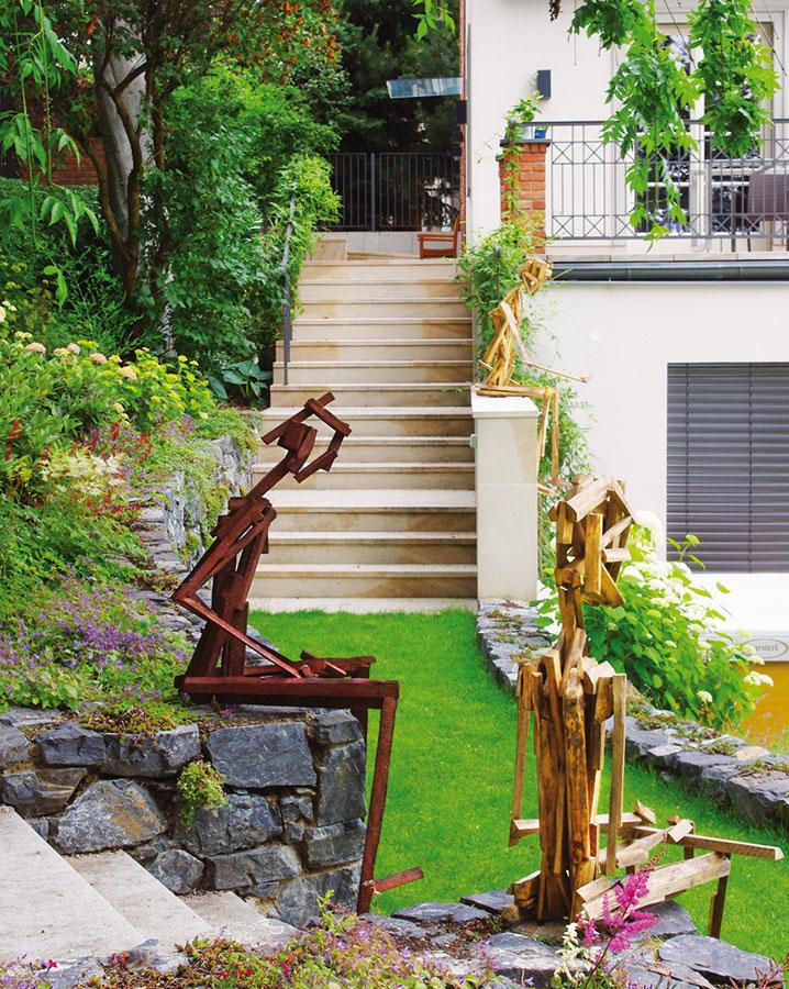 Zahrada jako galerie. Designový nábytek či doplňky už zdaleka nejsou záležitostí interiéru, také zahrada má dnes umět reprezentovat.  FOTO ATELIÉR FLERA