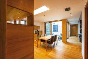 Prostor, který plyne. Prosté, elegantní zařízení, příjemné, kvalitní materiály, velkorysá zasklení – výsledkem je interiérový prostor, který idíky atriu volně plyne. FOTO DANO VESELSKÝ