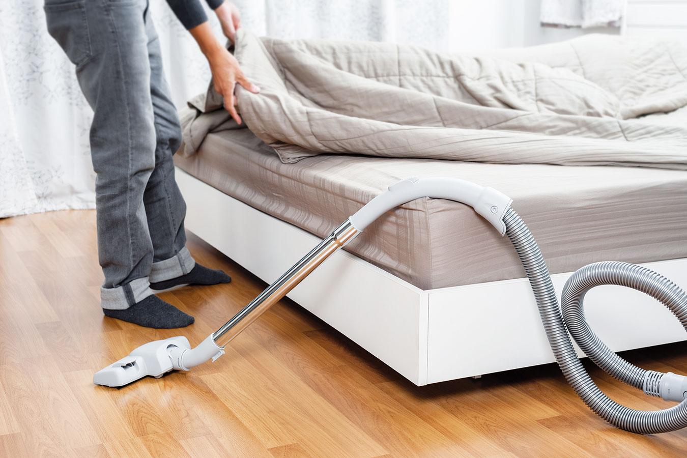 Vysávejte matraci při každém převlékání postele. Pokud je oboustranná, pravidelně ji otáčejte. Nekupujte zbytečně drahé produkty – nebude vám pak líto matrace častěji měnit. FOTO ISIFA/ SHUTTERSTOCK