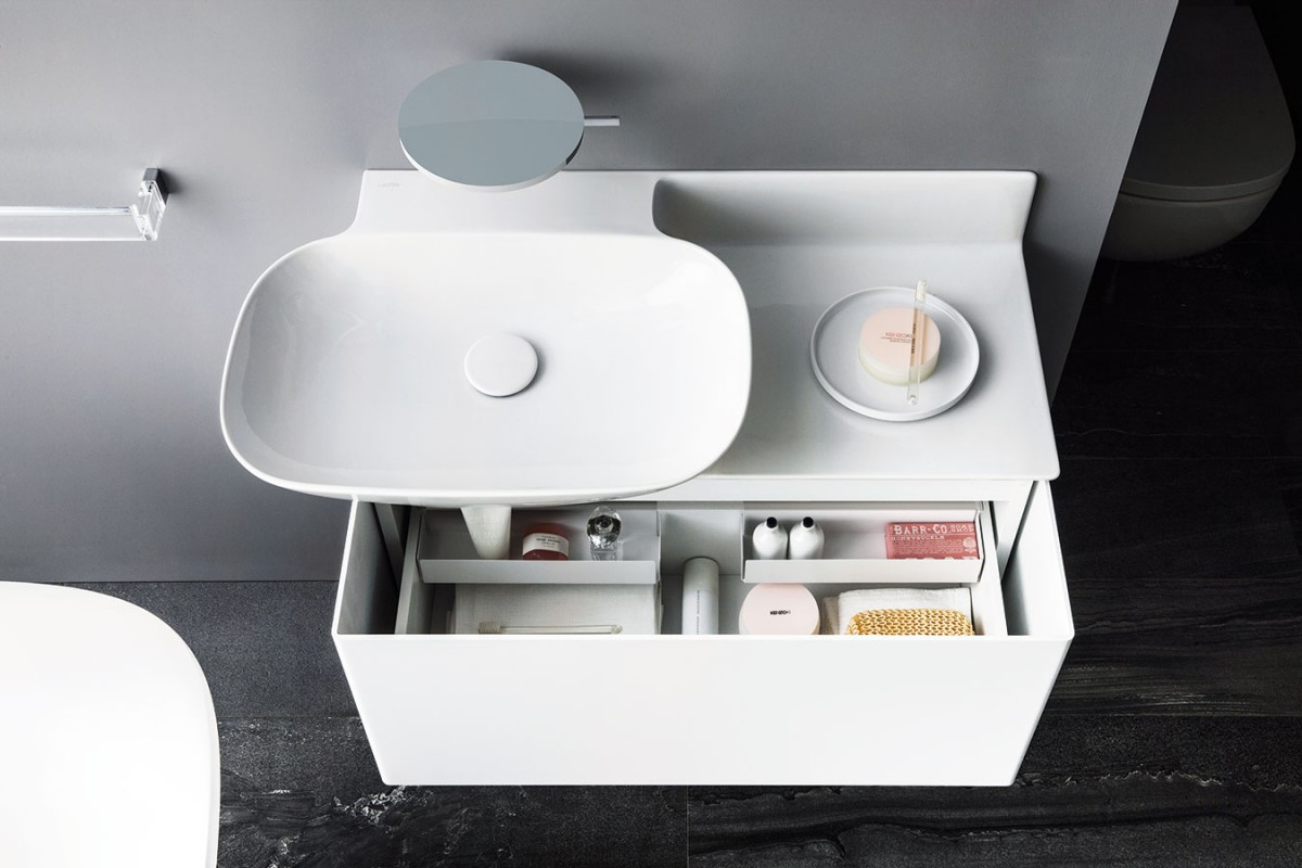 Kolekcí Ino vnesl francouzský designér Toan Nguyen svěží vítr do klasických tvarů koupelnového vybavení. Dominantou této kolekce je umyvadlo, které společně sodkládací plochou askříňkou vytváří jeden celek. Součástí je ale idalší koupelnový nábytek, který kus funkčně ivizuálně doplňuje. FOTO LAUFEN