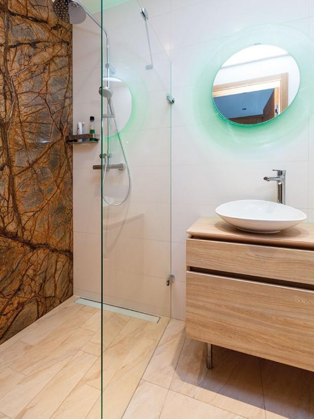 Interiér je, stejně jako exteriér, postavený na jednoduchosti, praktičnosti adetailech. Efektním oživením koupelny pro hosty je jednolitá mramorová stěna. FOTO DANO VESELSKÝ
