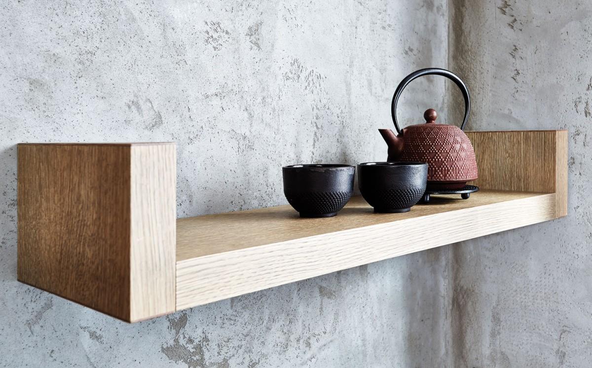 Kouzlo minimalismu spočívá vprostých, ale efektních detailech. Zde čistá plocha stěny ajednoduchý tvar poličky ozvláštňuje působivá kombinace materiálů avhodně zvolené doplňky. FOTO PETR KARŠULÍN
