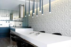 Kuchyňská linka se zrcadlovou zástěnou prostor opticky prosvětluje, ale izvětšuje. Černá barva vbytě elegantně kontrastuje sjemnými barevnými tóny. FOTO DAVID TRČKA