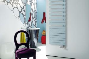 Designový radiátor Roda vprovedení Spa Asym zaujme plochým designem, který přináší nové praktické iestetické přednosti. Je určený pro teplovodní či kombinovaný provoz. Kdispozici je ve více než 50 barevných odstínech, vlevém ipravém provedení. FOTO ZEHNDER