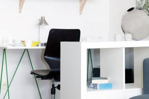 Dohromady iodděleně. Prostor pro pracovní koutek vyčlenili vobýváku nábytkem. Ani zde nechybí oblíbený designový kousek – vintage pracovní židle Flototto – adoplňky, které potěší srdce. FOTO ROBERT ŽÁKOVIČ