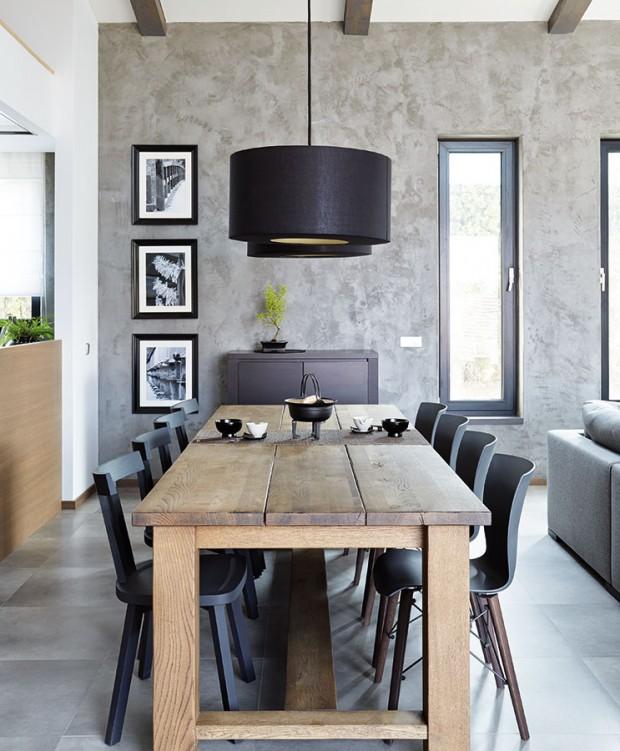 Rustikální dubový stůl se stal nepřehlédnutelnou dominantou kuchyňské ajídelní časti. Jeho jednoduchý design Monika ozvláštnila výběrem dvou typů židlí. FOTO PETR KARŠULÍN