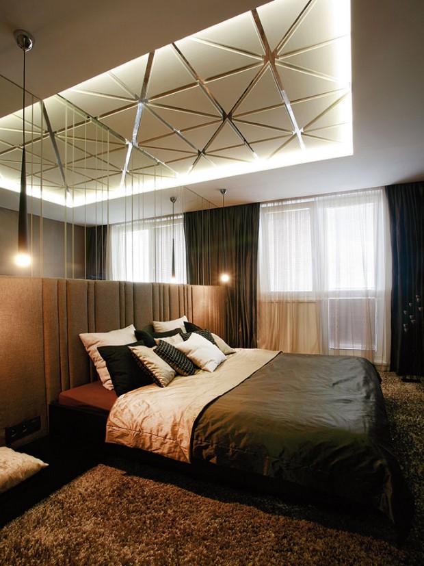 Design ložnice je oproti zbytku bytu ostupeň tmavší. Materiály iprvky se opakují, barevnost je však tlumenější. FOTO DAVID TRČKA
