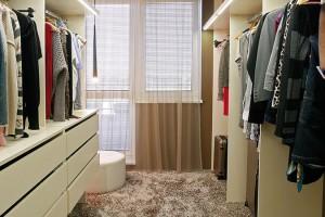 Prostorný šatník byl jednou zpriorit majitelky. Ztělesněný sen každé ženy si dopřála namísto druhé ložnice. FOTO DAVID TRČKA