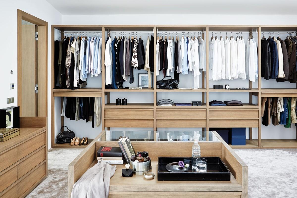 Dokonale zorganizováno. Prostorná šatna spromyšleným uspořádáním, kde má vše své přesné místo, navazuje na ložnici. FOTO PETR KARŠULÍN