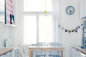Se severským půvabem. Vporovnání sostatními místnostmi není kuchyň velká asamostatnost ji také připravila odojem vzdušnosti. Je zařízena hlavně prakticky. Dřevo, sladěná světlá barevnost sbílým základem apár milých doplňků zní však udělaly velmi příjemný prostor. FOTO ROBERT ŽÁKOVIČ