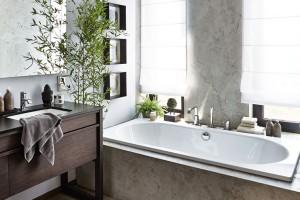 Srafinovaným dotekem Asie. Vana, hlavní relaxační prvek koupelny, je určena pro dva − přitom vůbec nepůsobí robustně. FOTO PETR KARŠULÍN