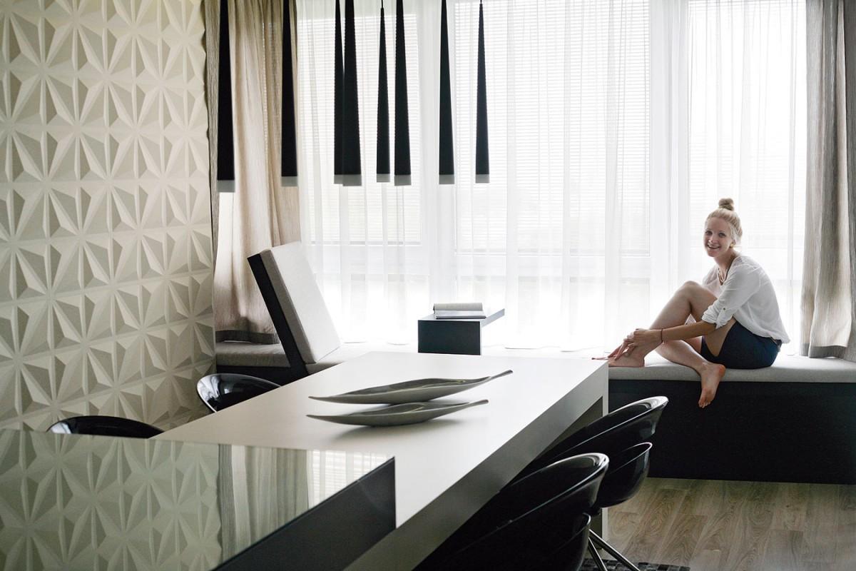 Sezení pod oknem je pracovním koutkem, ale zároveň ielegantním odpočinkovým místem svýhledem na město. FOTO DAVID TRČKA