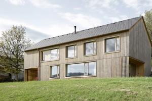 Minimalistická dřevostavba pro mladou rodinu na rakouském venkově