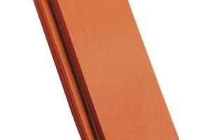 Hladká keramická taška Creaton Balance je velkoplošná pálená střešní krytina. Vyznačuje se vyvážeností tvaru, proporcí ahospodárností. Má charakteristický vlnitý tvar. FOTO CREATON