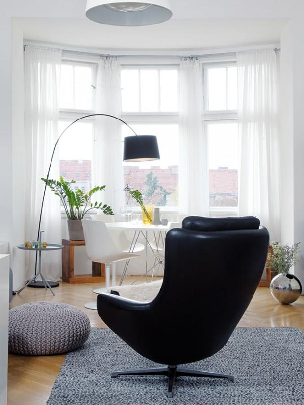 Starosvětský byt se zachovalými původními prvky zabydlela mladá designérka nábytkem adoplňky blízkými jejímu srdci. Zasklený výklenek vobýváku, vněmž je dnes kulatý jídelní stůl, patří k těm nejpůsobivějším prvkům. FOTO ROBERT ŽÁKOVIČ