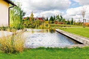 """Skoro jako urybníka. Trend biotopických jezer už se hřeje na výsluní několik let − voňavá, přírodními procesy čištěná voda však nyní získává úhledný vzhled geometrických tvarů. """"Přírodní ledvinové tvary patří do krajiny, ne za plot,"""" říká Ferdinand Leffler."""