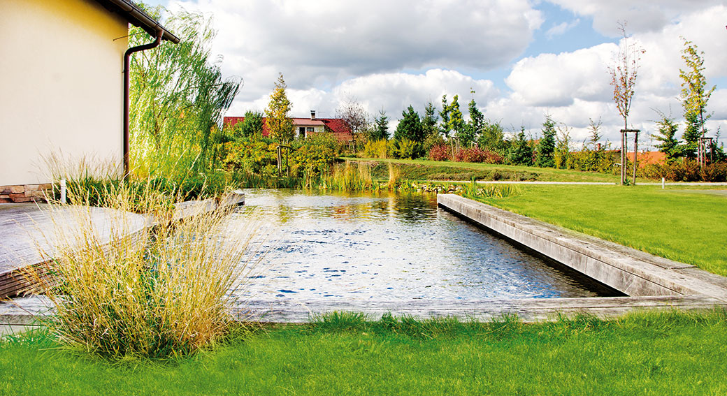Skoro jako urybníka. Trend biotopických jezer už se hřeje na výsluní několik let − voňavá, přírodními procesy čištěná voda však nyní získává úhledný vzhled geometrických tvarů. FOTO ATELIÉR FLERA