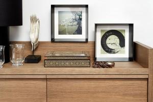 Zátiší à la Japonsko. Modernímu univerzálnímu interiéru šatny vtiskly osobitý šarm originální kaligrafie iozdobná dřevěná skříňka na šperky. FOTO PETR KARŠULÍN