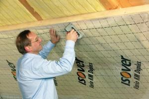 Střecha je citlivá na správné provedení atechnologickou kázeň. Při aplikaci je mimořádně důležité postupovat podle předpisů výrobců – porušení některé zvrstev může mít fatální důsledky pro správné fungování střešního pláště. FOTO ISOVER
