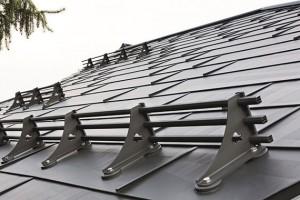 Dobrou střechu tvoří nejen správně zvolená aprovedená skladba pláště, nesmíme zapomenout ani na doplňky, které ji udržují funkční. Na snímku sněholamy pro hliníkovou krytinu Prefa. FOTO PREFA.