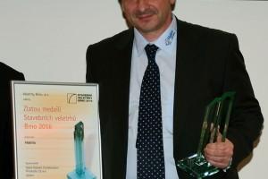 ředitel společnosti Rigips, ing. Nikola Hoffmann, po převzetí Zlaté medaile.