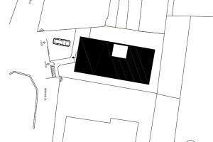 Situace. Úzká parcela byla vtěsnaná mezi dva pozemky sjiž existující zástavbou.