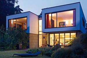 Komfortní udržitelné bydlení nad meklenburským jezerem Plauer See. Díky architektonickému konceptu smoderními okenními afasádními systémy apromyšleným vytápěním ivětráním stavba působivě demonstruje možnosti komfortu aefektivity současných rodinných domů. FOTO SCHÜCO INTERNATIONAL KG
