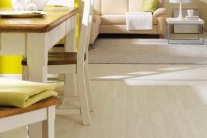 Kvalitní laminátové podlahy není třeba se obávat ani vkuchyni. Do malého bytu vybírejte ze světlých odstínů. Laminátovou podlahu Wineo Witex zkolekce Piazza vodstínu Dub bílý prodává KPP. FOTO KPP