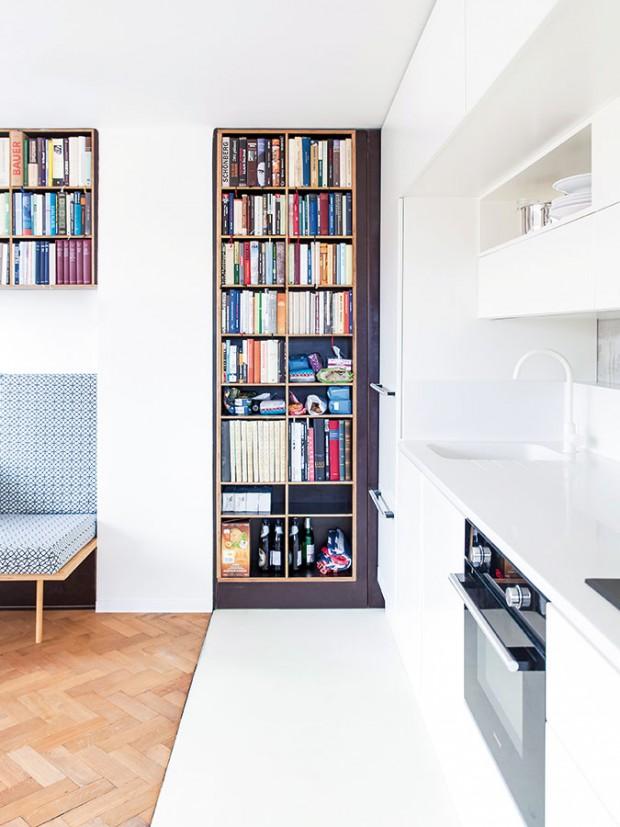 Menší kuchyňská linka plně vyhovuje potřebám single domácnosti – malému dřezu sekunduje dvouplotýnka. Požadavkem majitele byla větší chladnička, která se nachází vlevé části. FOTO ALEKSANDRA VAJD