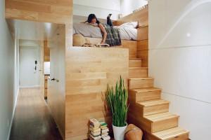 Vysoké stropy jsou vmalém bytě výhra. Můžete jich maximálně využít při koncipování úložných prostor, ale také – vyhovuje-li to vaší nátuře – si pohrát smožnostmi, jak využít spaní na patře. FOTO EAST VILLAGE STUDIO