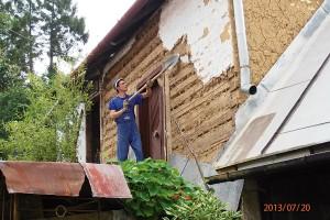 1. ODSTRANĚNÍ FASÁDY Nejšpinavější práce je odstraňování staré omítky. Na větších plochách pomůže obyčejný rýč azednické kladivo. Dešťový svod je potřebné včas odmontovat. FOTO Radovan Voľanský