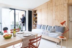 Hlavní prostor je jednoduchý a čistý. Objem kvádru má vnitřní stěny lemované úložnými prostory z borovicové překližky. Neskrývají se v nich jen police a skříňky, ale například i vysouvací gauč na kolečkách nebo sklopná postel.