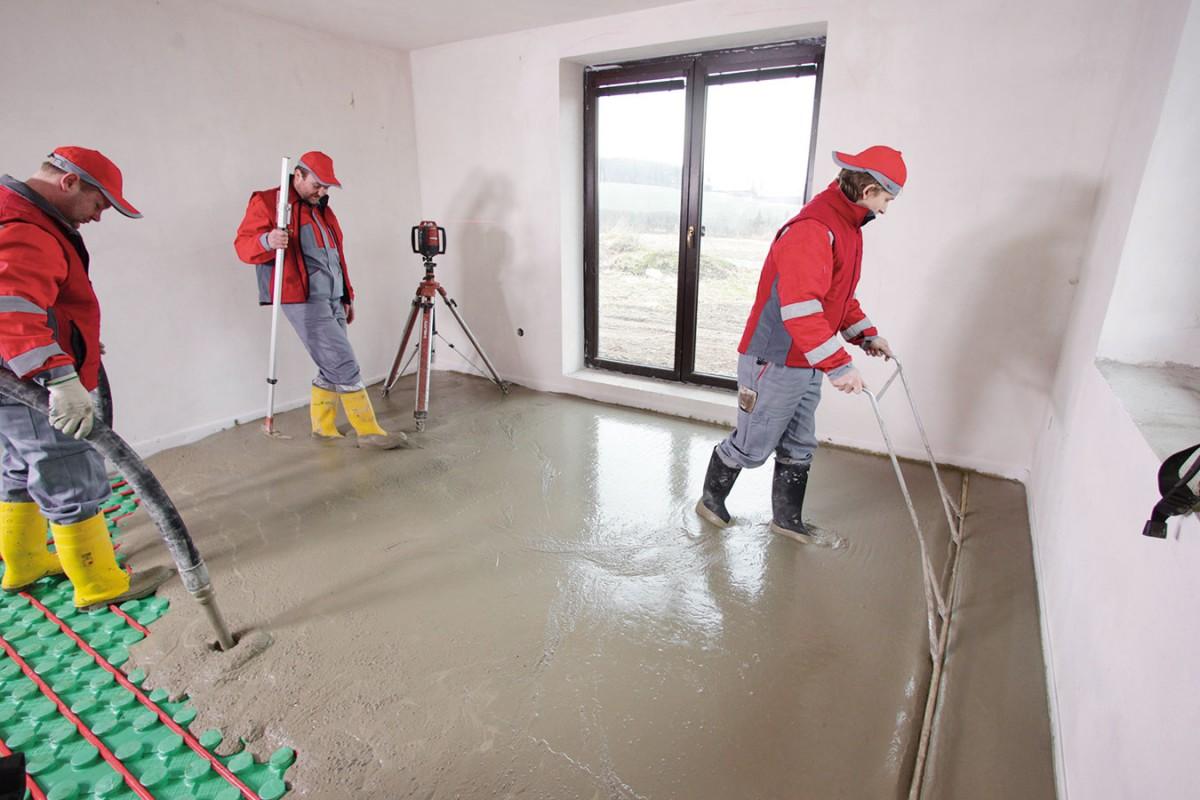 Zalévání podlahy spodlahovým topením cementovým potěrem. Elektrické podlahové vytápění sestává ztopných kabelů, rohoží nebo fólií. Pro mokrý proces konstrukce podlahy lze využít první dva jmenované prvky - topné kabely nebo rohože, jejich volba závisí na skladbě podlahy apodlahové krytině. Podlahové topení pak bývá navrženo buď jako akumulační systém svysokou mírou akumulace – vtomto případě jsou topné rozvody ve 12 až 15 cm silné vrstvě potěru, ovšem tento systém není pro bytovou výstavbu příliš efektivní, aproto se takřka nepoužívá —, nebo poloakumulační soustava, kdy jsou topný kabel nebo rohož umístěny ve vrstvě betonu či anhydritu, silné 6 až 8 cm. Poloakumulační systém kloubí optimální míru tepelné akumulace asoučasně dostatečnou dynamiku topení. FOTO CEMEX