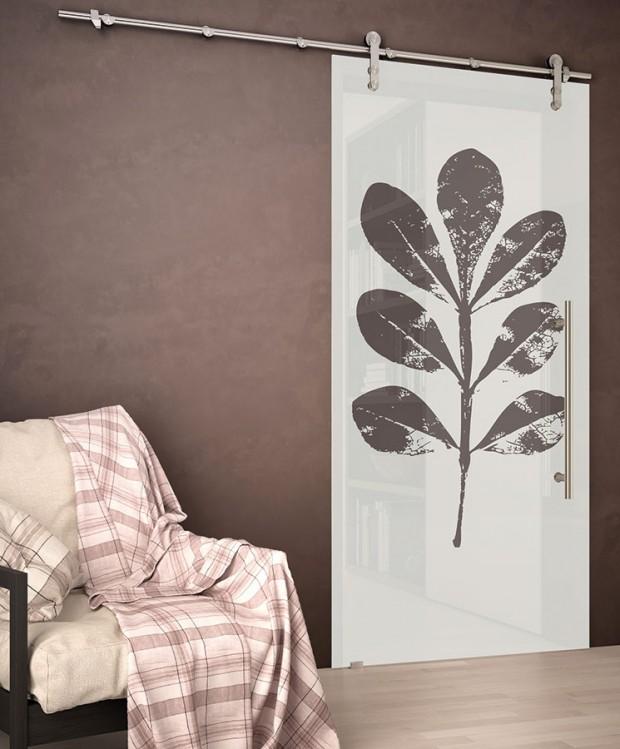 Prosklené posuvné dveře umožňují lepší využití světla iprostoru, navíc vnesou do interiéru vzdušnost. Celoskleněné dveře zGrafoskla smotivem Plant využívají posuvný systém Rollo, vše J.A.P. FOTO KPP